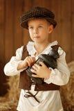 Netter kleiner europäischer Junge in der Kappe mit blauen Augen Stockbild