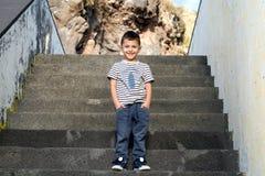 Netter kleiner Junge auf den Schritten Lizenzfreie Stockfotografie
