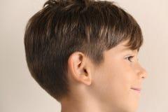 Netter kleiner Junge auf hellem Hintergrund, Nahaufnahme lizenzfreie stockfotos