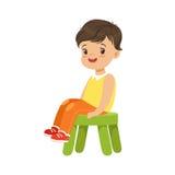 Netter kleiner Junge, der auf einem kleinen grünen Schemel, bunter Charakter sitzt stock abbildung