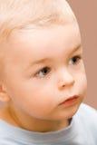 Netter kleiner Junge, der beiseite schaut lizenzfreie stockfotografie