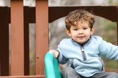 Netter kleiner Junge, der die Kamera betrachtet Lizenzfreie Stockfotos