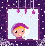 Netter kleiner Junge, der durch Winterweihnachten schaut Lizenzfreie Stockfotos