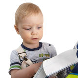 Netter kleiner Junge, der ein Buch liest Lizenzfreie Stockbilder