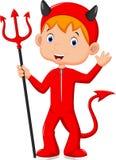 Netter kleiner Junge, der ein Kostüm des roten Teufels trägt Stockfoto