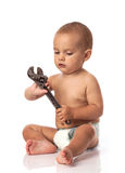 Netter kleiner Junge, der einen justierbaren Schlüssel anhält Lizenzfreie Stockbilder