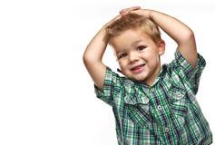 Netter kleiner Junge, der für den Projektor lächelt Lizenzfreies Stockfoto