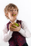 Netter kleiner Junge, der köstlichen grünen Apfel isst Lizenzfreie Stockfotos