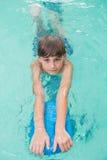 Netter kleiner Junge, der lernt zu schwimmen Stockbild