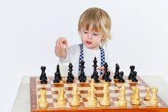 Netter kleiner Junge, der Schach spielt Lizenzfreies Stockbild