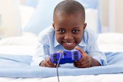 Netter kleiner Junge, der Videospiel spielt Lizenzfreie Stockfotografie