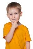Netter kleiner Junge in einem gelben Hemd Stockfoto