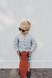 Netter kleiner Junge in einer modischen Sommerausstattung Lizenzfreies Stockbild