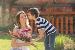Netter kleiner Junge, Geben seiner Mutter vorhanden für Muttertag lizenzfreie stockfotos