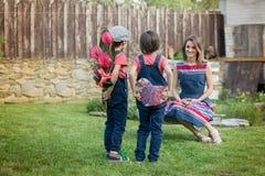 Netter kleiner Junge, Geben seiner Mutter vorhanden für Muttertag stockbilder