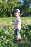 Netter kleiner Junge geht in Sommer Lizenzfreie Stockbilder