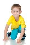 Netter kleiner Junge im gelben Hemd Stockbilder