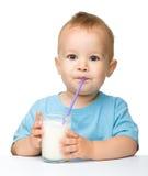 Netter kleiner Junge ist Trinkmilch Stockfotos