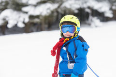 Netter kleiner Junge, lernend, im österreichischen Skiort Ski zu fahren Stockfoto