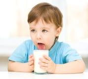 Netter kleiner Junge mit einem Glas Milch Stockfotos