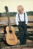 Netter kleiner Junge mit Gitarre Lizenzfreies Stockbild