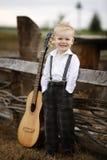 Netter kleiner Junge mit Gitarre Lizenzfreie Stockfotografie