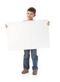 Netter kleiner Junge mit großem Leerbeleg Lizenzfreie Stockfotos