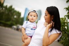 Netter kleiner Junge mit Mutter und Vati Stockbild
