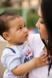 Netter kleiner Junge mit Mutter und Vati Stockfoto