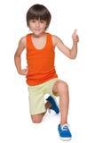 Netter kleiner Junge mit seinem Daumen oben Stockfoto