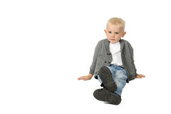 Netter kleiner Junge sitzt auf Boden Lizenzfreies Stockbild