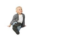 Netter kleiner Junge sitzt auf Boden Lizenzfreie Stockbilder
