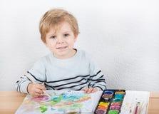 Netter kleiner Junge von zwei Jahren Spaßmalerei habend Lizenzfreies Stockbild