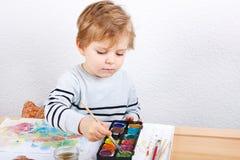 Netter kleiner Junge von zwei Jahren Spaßmalerei habend Lizenzfreie Stockfotografie