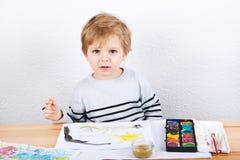 Netter kleiner Junge von zwei Jahren Spaßmalerei habend Lizenzfreie Stockbilder