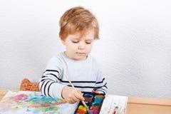 Netter kleiner Junge von zwei Jahren Spaßmalerei habend Stockfotografie