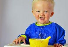 Netter kleiner Junge während des Essens Stockfotografie
