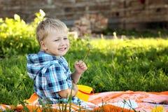 Netter kleiner Junge zeichnet in Sommerpark lizenzfreie stockfotos