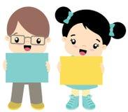 Netter kleiner Kawaii-Art-Junge und Mädchen, die Fahnen-flache Vektor-Illustration lokalisiert auf Weiß steht und hält Stockbilder