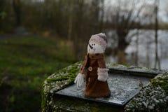Netter kleiner Schneemann mit warmer Kleidung stockbilder