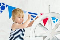 Netter kleiner Seemann, der das Rad verdreht Lizenzfreie Stockfotografie