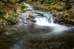 Netter kleiner Wasserfall Stockfotografie