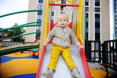 Netter Kleinkindjunge, der Spaß auf Spielplatz hat Lizenzfreie Stockfotografie