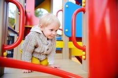 Netter Kleinkindjunge, der Spaß auf Spielplatz hat Stockbild