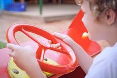 Netter Kleinkindjunge, der Spaß auf Spielplatz hat Des Active Spiel draußen für kleine Kinder Stockbild
