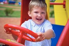 Netter Kleinkindjunge, der Spaß auf Spielplatz hat Des Active Spiel draußen für kleine Kinder Lizenzfreie Stockfotos