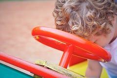 Netter Kleinkindjunge, der Spaß auf Spielplatz hat Des Active Spiel draußen für kleine Kinder Lizenzfreie Stockfotografie