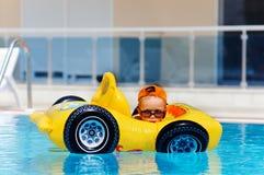 Netter Kleinkindjunge haben einen Spaß im im Freienpool Lizenzfreie Stockfotos