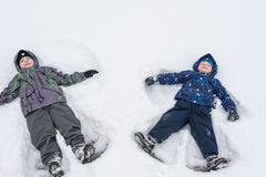 Netter Kleinkindjunge im bunten Winter kleidet an niederlegen Des Active Freizeit draußen mit Kindern herein Glückliches Kind Stockbilder