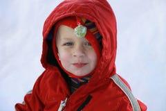 Netter Kleinkindjunge im Schnee Stockfotos